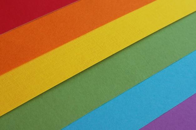 色とりどりの水彩紙から作られたlgbtコミュニティの虹色の旗