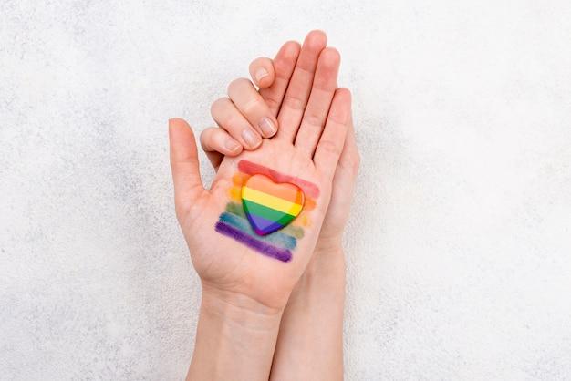 手に描かれた虹色の旗