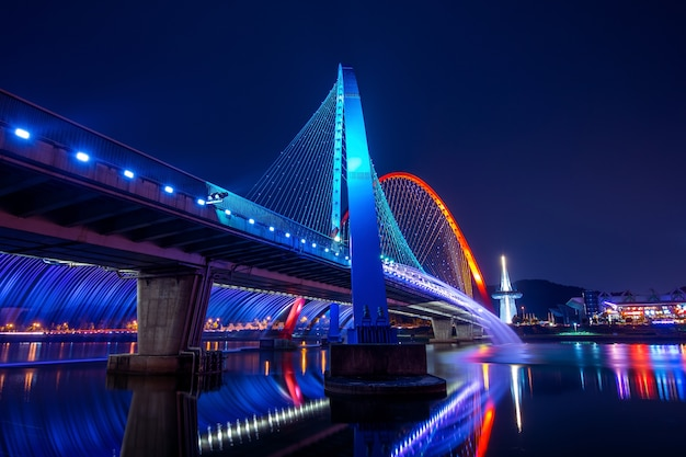 Spettacolo di fontane arcobaleno all'expo bridge in corea del sud