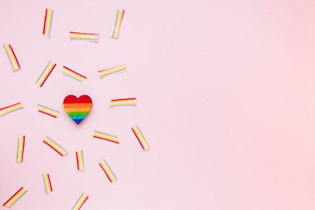 Радужное сердце с бумажными радугами на столе