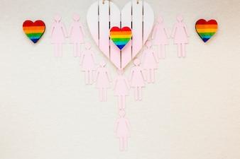 テーブルの上のレズビアンカップルアイコンと虹の心
