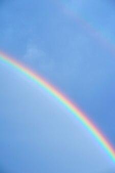 青い夏の空の虹