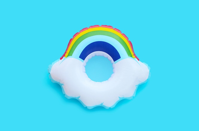 Anello gonfiabile arcobaleno su superficie blu