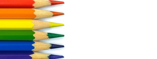 컬러 학교 연필, 게이 프라이드 월, 동성애 권리 개념으로 만든 무지개 lgbt 깃발, 복사 공간이 있는 배너, 격리된 흰색 배경 사진