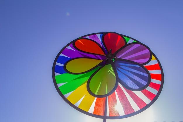 Rainbow lgbtプライド紡績風車。性的マイノリティ、ゲイ、レズビアンのシンボル