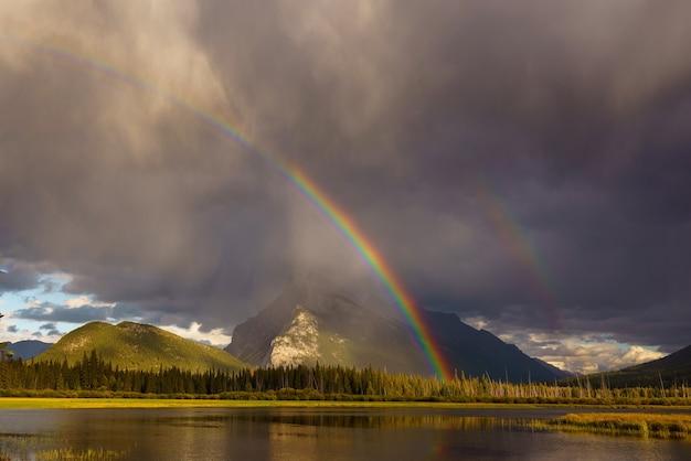 ランドル山のあるバーミリオン湖の上の虹