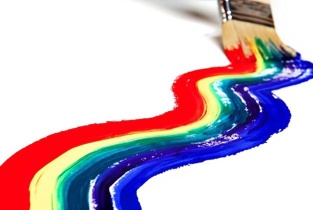 Радужная краска на белой стене