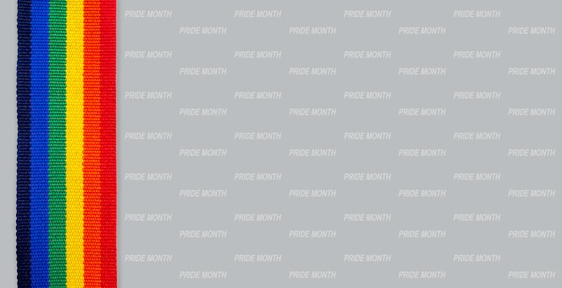 レインボーストライプリボン縦型スタイルとプライド月、灰色の背景に分離された単語パターン。プライドカラーとレインボーフラッグストリップを備えたlgbtのコンセプト。 lgbtバナーの背景。