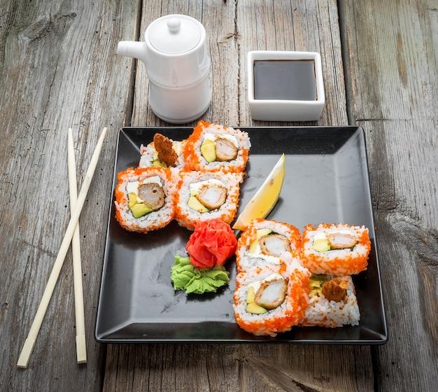 サーモン、ウナギ、マグロ、アボカド、ロイヤルエビ、クリームチーズフィラデルフィア、キャビアトビカ、チュカを添えたレインボー寿司ロール。寿司メニュー。日本食。