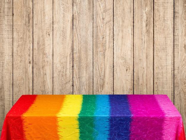 木製の背景に虹のテーブルクロス Premium写真