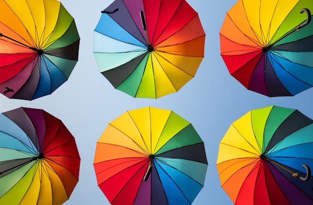 青空の背景に虹の傘
