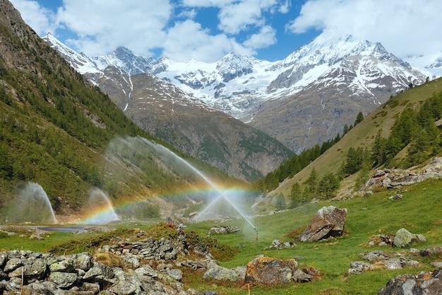 サマーアルプス山(スイス、ツェルマット近郊)の灌漑用水噴出口の虹