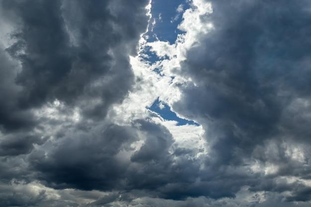 雨季のraincloudsまたはnimbus