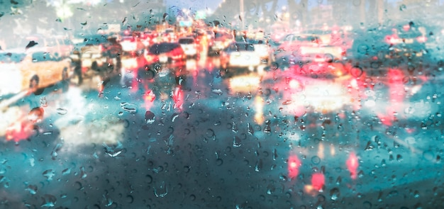 장마 비 배경에서 자동차 거울에 빗방울