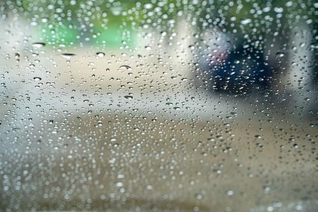 도로 배경 자동차 창문에 빗방울