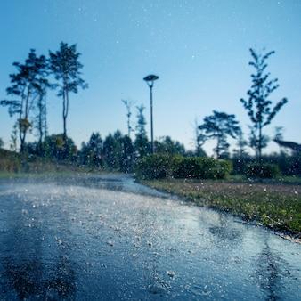 Селективный фокус разметки асфальта капель дождя. фон крупным планом
