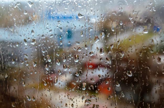 通りの窓に雨滴