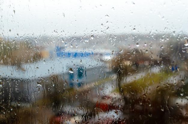 Капли дождя на окне улицы