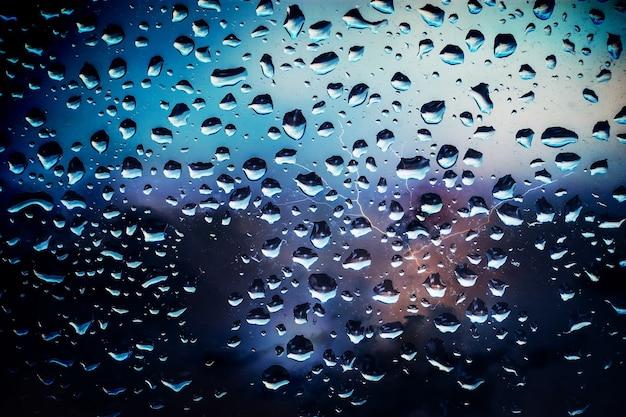 窓ガラスの雨滴をクローズアップ。