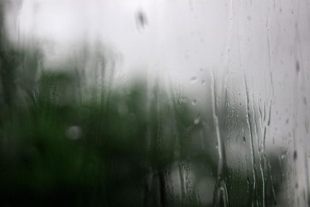 창 비오는 날 배경에 빗방울 빗방울이 배경을 흐리게