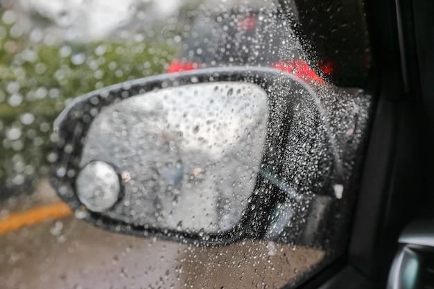 Капли дождя на лобовом стекле изнутри машины в пробке