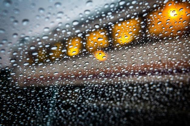 鉄道ワゴンと雨滴