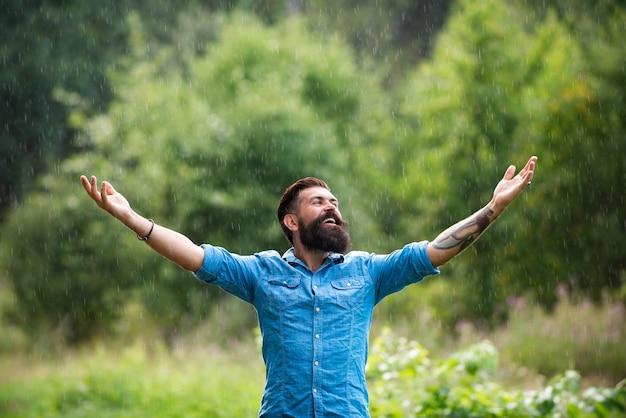 여름 비 아래 비가 오는 남자 자연 성인 낙관주의와 알에 평온한 행복한 수염 난 남자의 초상화...