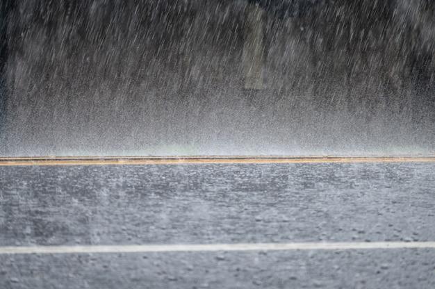 アスファルト道路で暴風雨