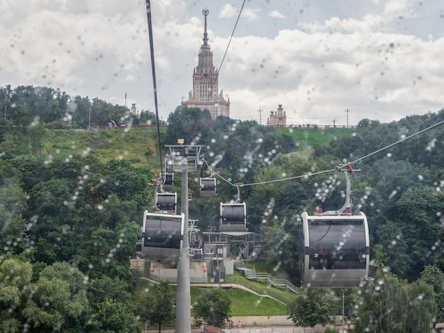 モスクワの雨の日モスクワのsparrowhillsvorobyovygoryのぼやけたケーブルカーキャビン