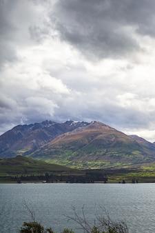 Дождливый день на южном острове озера вакатипу, окрестности квинстауна, новая зеландия