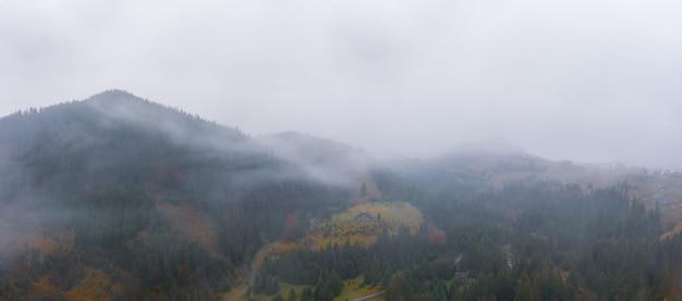 젬브로냐(dzembronya) 마을의 아름다운 우크라이나 카르파티아 계곡(carpathian valley)의 안개 낀 날씨