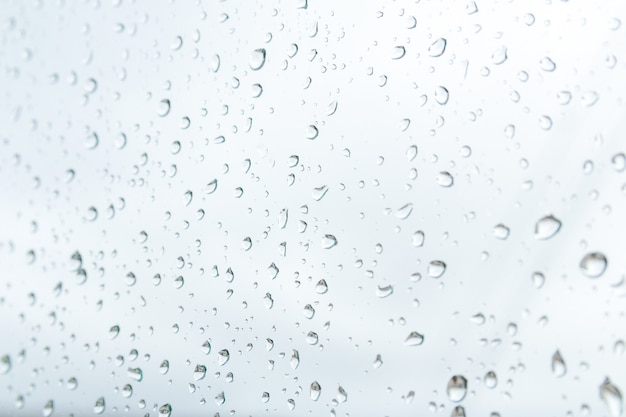 雨の天気予報。大雨と嵐の直前に窓に雨滴を閉じます。