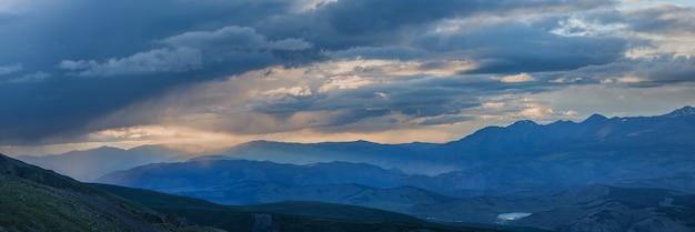 산의 비가 오는 날씨, 저녁 빛, 탁 트인 전망