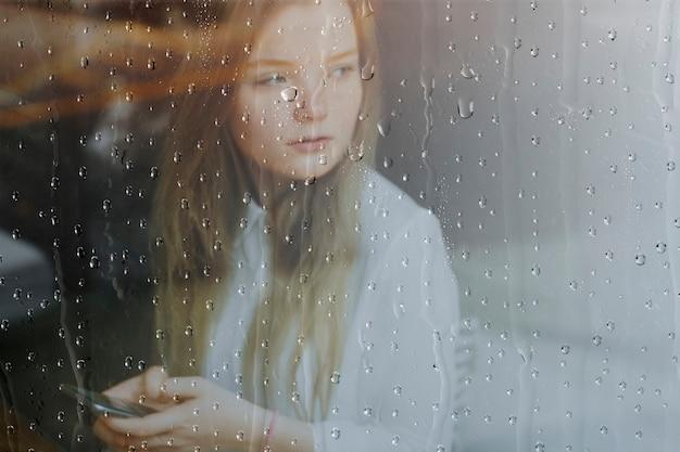 비오는 창 배경, 전화를 사용하는 여자