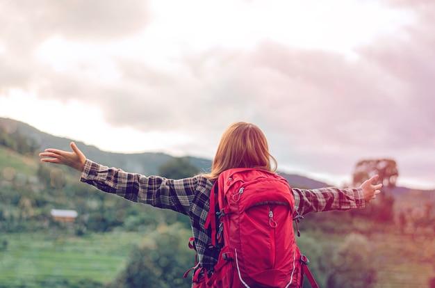 手を挙げて主を賛美し、悔い改め、祈り、キリスト教の背景を助けるように神に求めてください神のための闘争と勝利