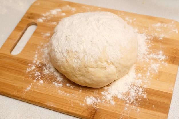 Поднятое тесто на столе