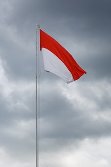 インドネシアの国旗を掲げる