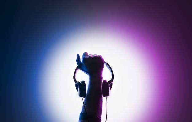 제기 남성 손. 손에 헤드폰