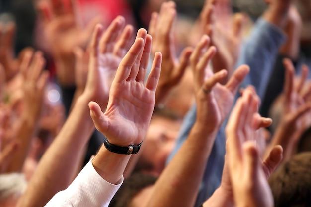 Поднял человеческие руки на мероприятии