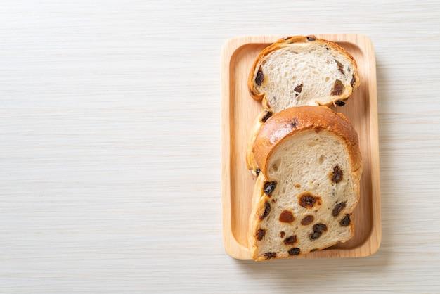 아침에 커피 컵과 건포도 빵