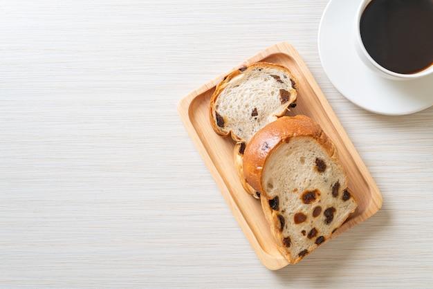 Хлеб с изюмом с чашкой кофе на завтрак