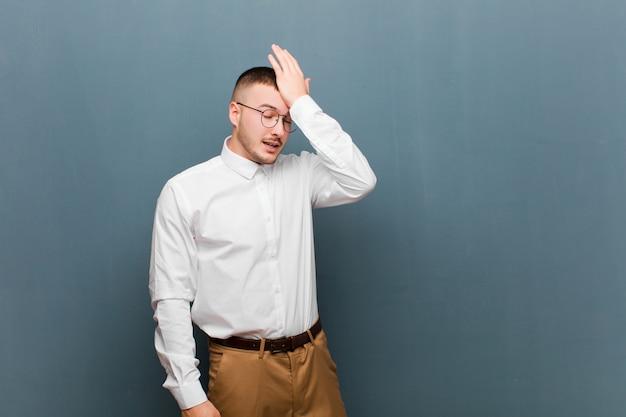 愚かな間違いをしたり、覚えたりして、馬鹿に感じて、手のひらを額に向かって考えて