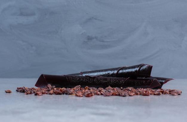 Uvetta e snack di prugne amarene su fondo di marmo.