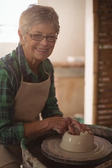 鍋を作る女性陶工のレイト