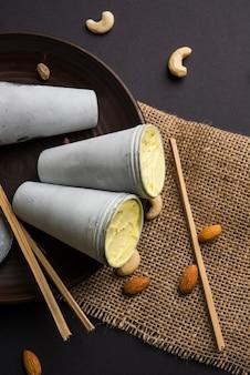 라자스탄 가정은 마트카 쿨피를 먹을 수 있도록 준비했습니다 - 피스타치오, 캐슈, 아몬드로 맛을 낸 사프란 또는 케사리야, 선별적인 집중