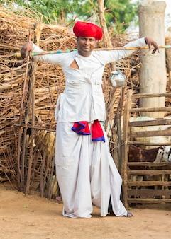 Мужчина из раджастхани-ребари носит традиционную красочную повседневную одежду