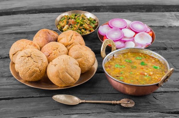Rajasthani伝統料理dal baati churma、木製の背景