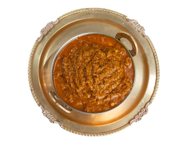 ラージャスターンの伝統的な料理ハルディサブジまたはサラダ付きウコン