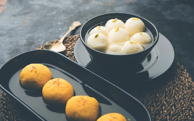 Rajbhog와 rasgulla 또는 rosogolla는 navratri festival에서 여신 durga에게 제공되는 인기 있는 과자이며 선택적 초점입니다.