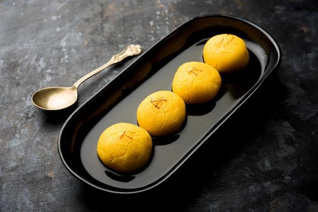 라즈보그는 나바라트리 축제 기간 동안 파니르 또는 치나를 사용하여 만들고 사프란과 장미 에센스로 맛을 낸 전통적인 벵골 달콤한 라스굴라입니다.